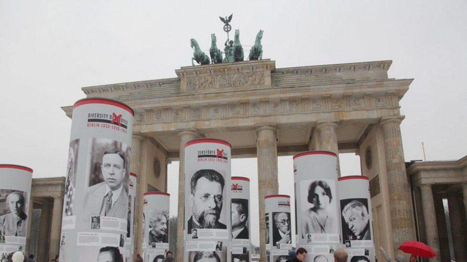 """In den kommenden Monaten werden Säulen am Brandenburger Tor über die Biografien zahlreicher von den Nazis verfolgter Persönlichkeiten informieren - nur ein Programmpunkt des Themenjahres """"Zerstörte Vielfalt""""."""