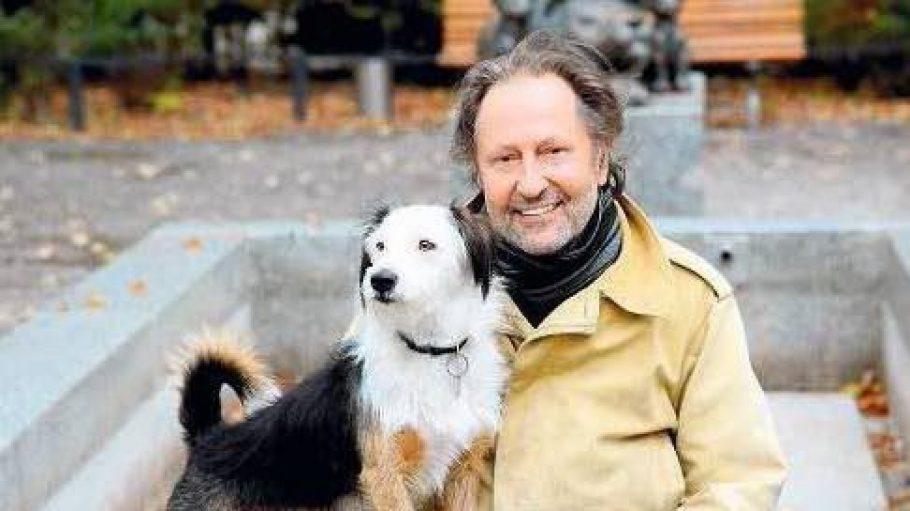 Krimiautor Thomas Knauf mit seinem Hund Struppi am Wasserturm in Prenzlauer Berg.