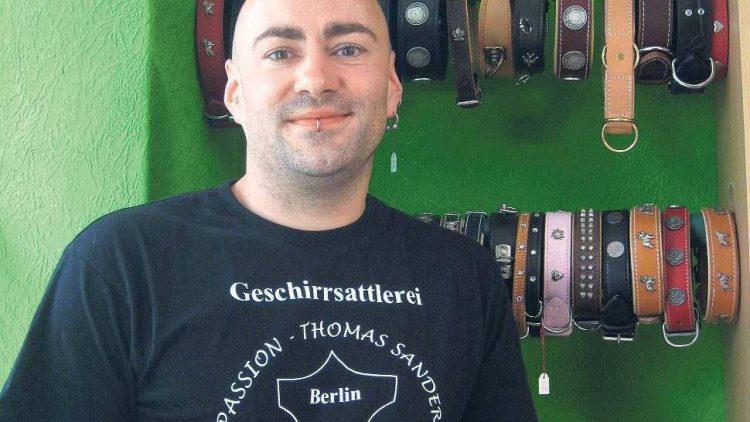 Liebt Schönes aus Leder für den Hund: Thomas Sander, Chef der Geschirrsattlerei Passion in Schöneberg.