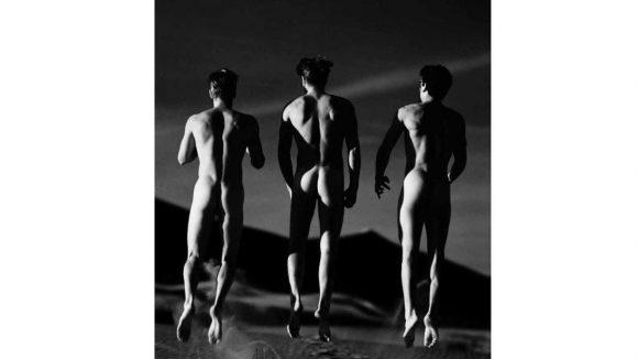 """Als würden sie schweben: Der Ausstellungsabschnitt von Greg Gorman beginnt mit """"Three Boys Jumping"""", 1991"""