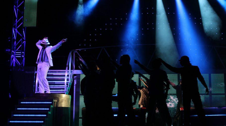 """Der Song """"Smooth Criminal"""" darf in der Jackson-Show natürlich nicht fehlen. Mal schauen, wie weit nach vorn sich die TänzerInnen der West-End-Produktion lehnen können."""