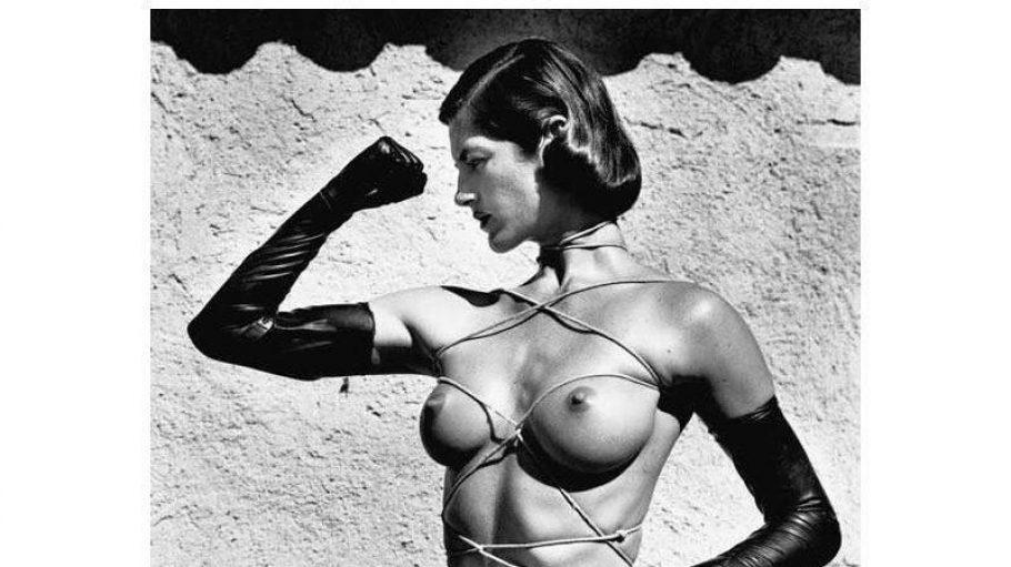 """Newtons Aktfotos sind zeitlich schwer einzuordnen, auch heutzutage besticht die schwarz-weiße Ästhetik. Hier: Helmut Newtons """"Tied-up Torso"""", Ramatuelle, 1980"""