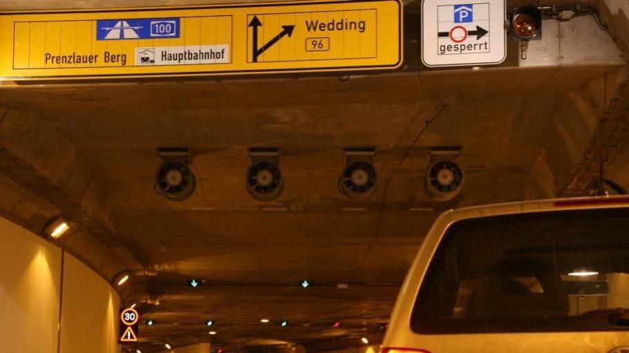 Berlin-Untergrund. Der Tiergartentunnel ist in Betrieb. Nur halt nicht die Ein- und Ausfahrten am Hauptbahnhof. Wer gen Norden fährt, landet im Stau - da wird gebaut.