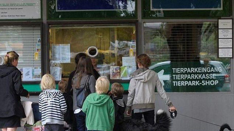 Damit Besucher sich im Tierpark Berlin richtig gut zurechtfinden, engagiert die Einrichtung Scouts als Ansprechpartner.