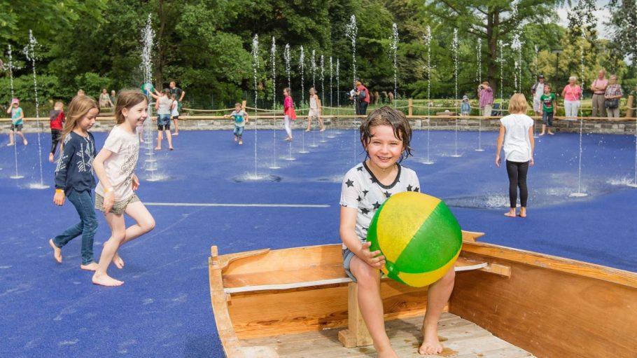 Trotz einer Menge Wasser geht dieses Boot bestimmt nicht unter: Der Wasserspielplatz im Tierpark.