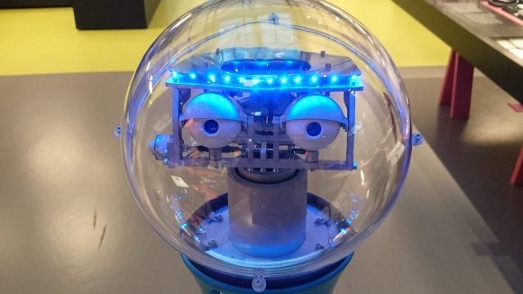 Auch wenn er nicht lachen kann, ist der Roboter Tim aus dem Technikmuseum immer gut gelaunt.