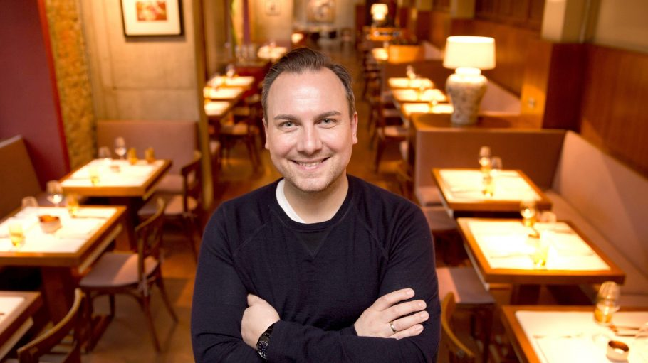"""Zwei-Sternekoch Tim Raue in seinem neuen Restaurant """"STUDIO tim raue"""", das er am 10. Januar 2015 eröffnete."""