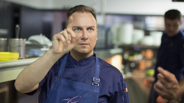 Als erster Deutscher kocht sich Tim Raue durch die Ausnahmeserie Chef's Table auf Netflix. Pünktlich dazu erscheint sein neues Buch My Way.