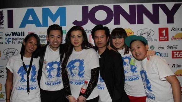 Tina K. mit Familie und anderen Unterstützern wie Minh-Khai Phan-Thi (links).