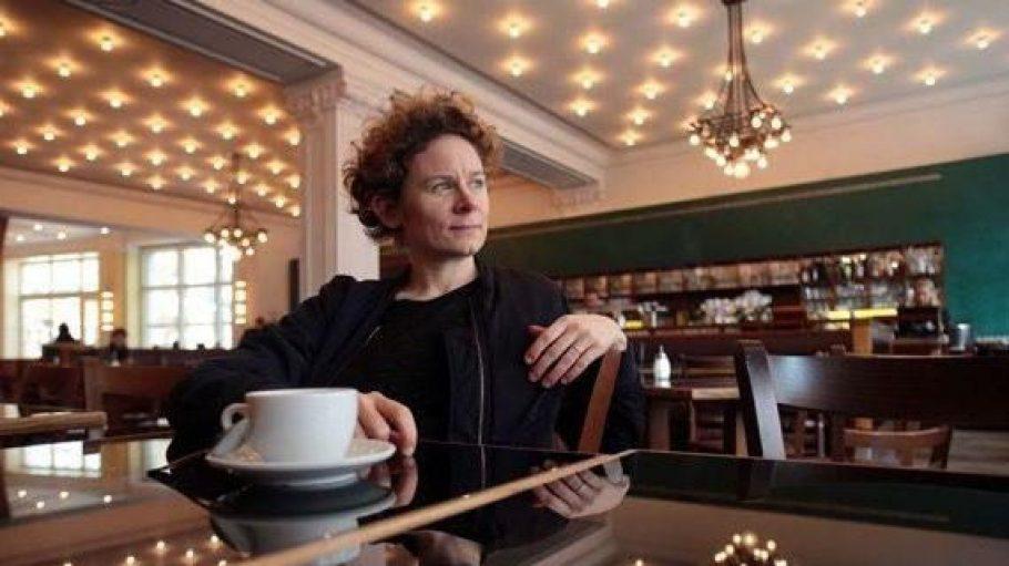 Die Bloggerin Tina Molin im Ampel Café in den Hackeschen Höfen.