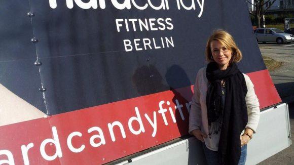 """""""Ich fände es noch besser, wenn Hard Candy noch ein paar mehr Filialen in Deutschland eröffnet, weil ich durch Dreharbeiten viel unterwegs bin und da vor Ort auch gern ins Fitnessstudio gehe"""", meint sie."""