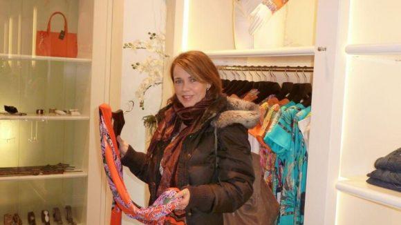 """Ab und zu ist die Schauspielerin auch im Designer-Laden von Claudia Tiefenbach zum Shoppen. """"Hier gibt's manchmal echte Schnäppchen"""", sagt sie."""