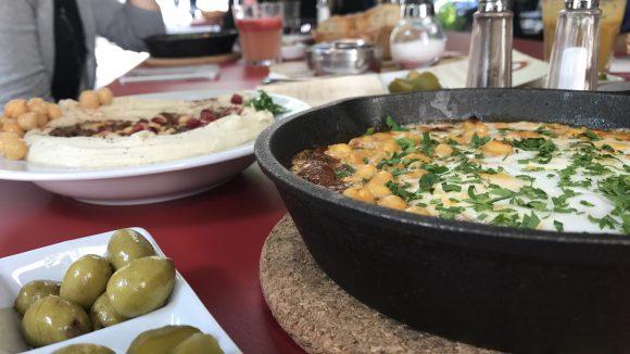 Zu jedem der Gerichte gibt es grüne Oliven und Gewürzgurken als Beilage - lecker!
