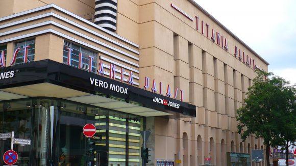Der Titania Palast: Die kubische Architektur erinnert an Amerika, die Filme im Programm erst recht.