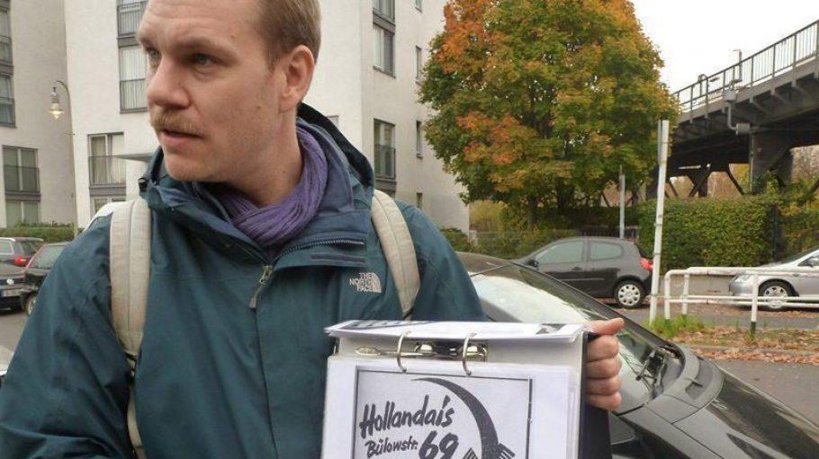 Stadtführer Tobias Schwabe mit einem historischen Flyer der homophilen Bar Holondaise.