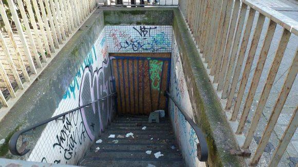 Stufen führen zum Eingang der unterirdischen Anlage.