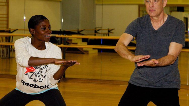 Ob ihm das Tanztraining gefällt, lässt sich nicht genau sagen - Hollywood-Schauspieler Tom Hanks, hier mit der britischen Choreographin Nikeata Thompson, ist auf jeden Fall hochkonzentriert bei der Sache.