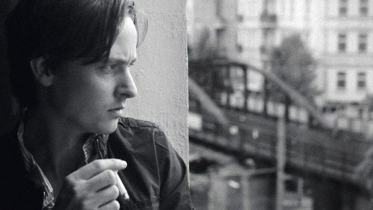 Nur einer von 42 Filmen, denen sich das Buch Filmlandschaft Berlin widmet: Oh Boy mit Tom Schilling, der die Goldene Lola gewonnen hat.