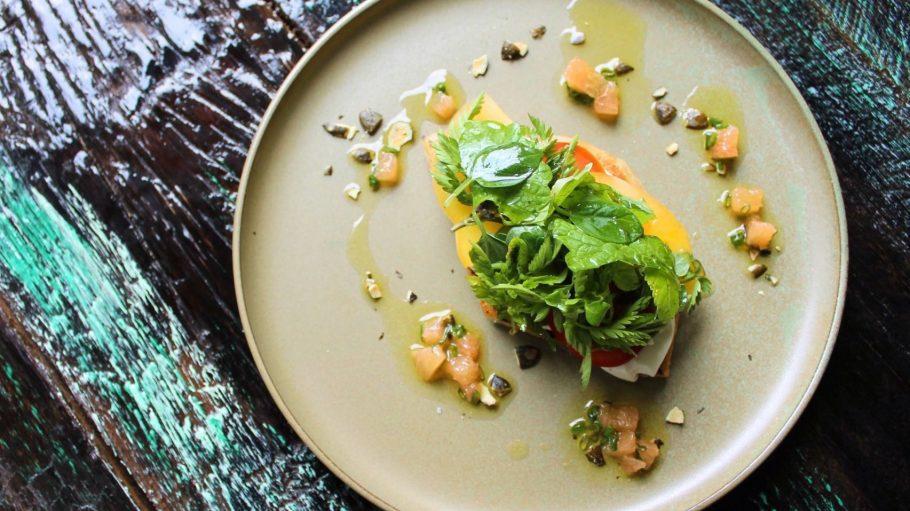 Mein persönliches Highlight: Blätterteig-Tomatentartelette mit Ziegenkäsecreme und Wildkräuter-Topping. Für Ziegenkäse-Junkies wie mich ein Must-have!