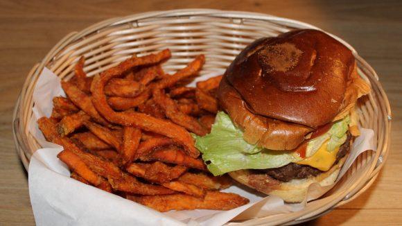Wir haben für dich den Cheeseburger mit Süßkartoffel-Pommes.