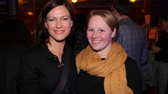 Hauptdarstellerin Julia Hummer konnte aufgrund von Dreharbeiten nicht dabei sein. Ihre Kolleginnen Nina Kronjäger (l.), die im Film eine Schönheitschirurgin spielt und Kamerafrau Lotta Kilian (r.) werden sie wohl vermisst haben.