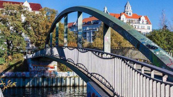 Der Torfstraßensteg verbindet das Nordufer in Wedding und das Friedrich-Krause-Ufer in Moabit.