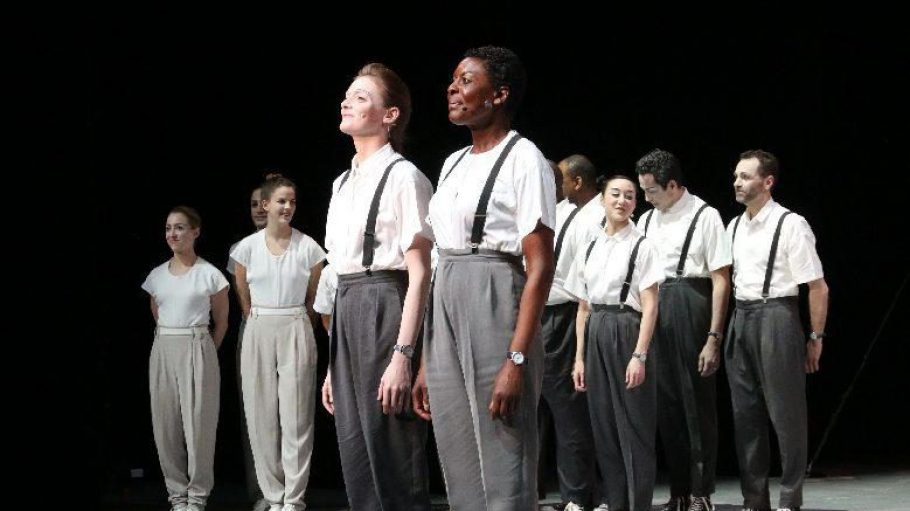Die Hauptdarstellerinnen Helga Davis (rechts) und Kate Moran freuen sich über einen begeisterten Schlussapplaus.