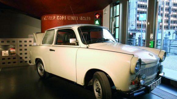 Der weiße Trabant P 601 steht schon länger im DDR-Museum am Spreeufer.