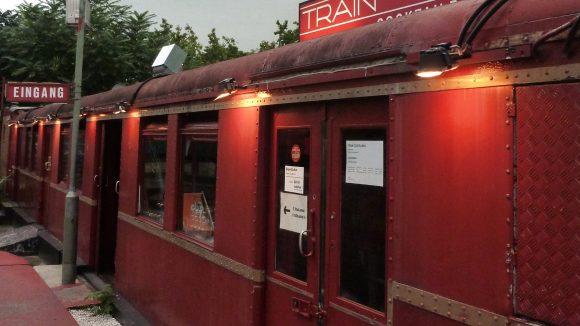 Direkt am U-Bahnhof Kleistpark steht das alte Zugabteil, das die Fahrgäste garantiert nicht verpassen.
