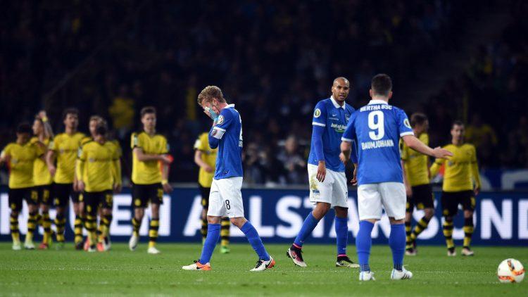 Nach der Niederlage im Halbfinale des DFB-Pokals sehen die Spieler enttäuscht und ratlos aus.