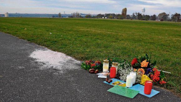 Kurzer Moment, schreckliche Folgen. Wo der Radfahrer und der Kitesurfer aufeinandertrafen, stehen nun Kerzen.