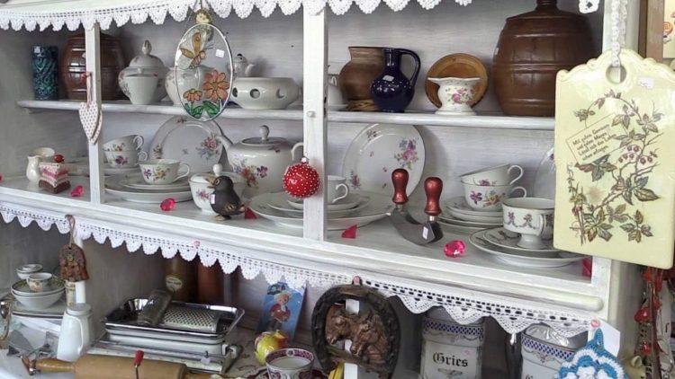 Erstaunlich gut erhaltene Dinge - etwa schönes Geschirr und Küchenutensilien - werden im Trödel-Basar für den guten Zweck verkauft.