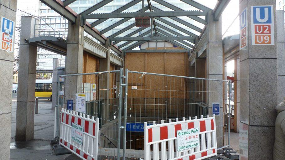 Never-ending-story einer Treppe: Seit Monaten ließ sich hier kein Bauarbeiter mehr sehen. Laut BVG soll Anfang 2014 ein Provisorium fertiggestellt werden.