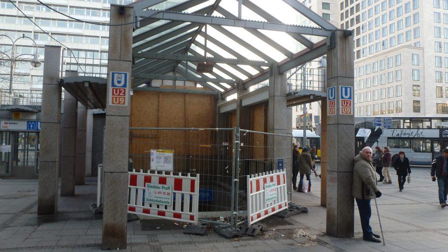 Die Treppe auf dem Hardenbergplatz ist inszwischen wieder geöffnet. Eine Metallkonstruktion führt zum U-Bahnhof.