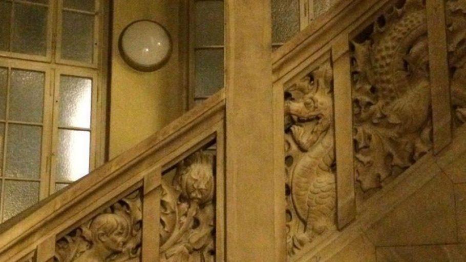 Ein Drache (rechts oben) auf der Treppe - nur eine der Sehenswürdigkeiten im Rathaus in der Otto-Suhr-Allee.