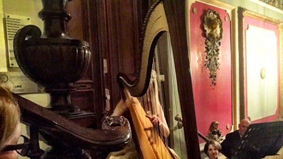 Was macht die Harfe im Hausflur? Beim Treppenkonzert stellt sich niemand die Frage.