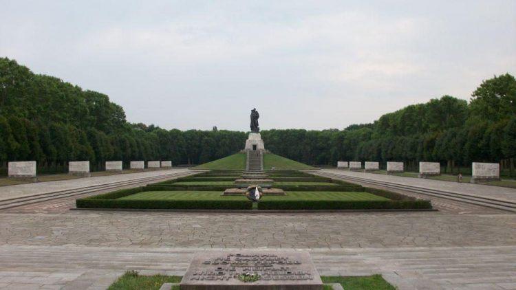 Das Ehrenmal im Treptower Park. Über 7000 Soldaten liegen an seinen Rändern begraben.