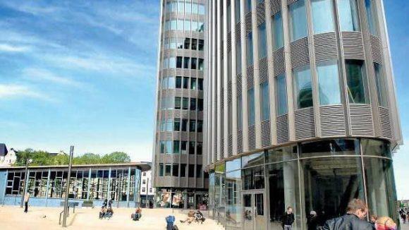 Der Tränenpalast auf dem Vorplatz zwischen Bahnhof Friedrichstraße und dem markantenNeubau Spree-Dreieck.
