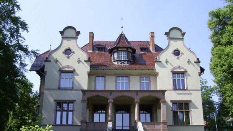 """Wo Politiker, Dichter und Ufa-Stars verkehrten, lässt sich in der Villenkolonie am Griebnitzsee besichtigen. Im """"Little White House"""", das heute der Friedrich-Naumann-Stiftung gehört, soll Präsident Harry S. Truman getagt haben."""