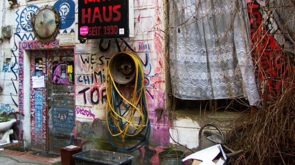 Tuntenhaus - seit 1990: die rote Aufschrift auf schwarzem Grund gibt Auskunft über das ungewöhnliche Wohnprojekt im Prenzlauer Berg.