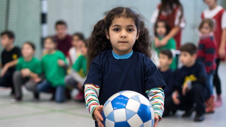 Ballspiel: Die sechsjährige Lajle bekommt auch am Wochenende Bewegung in einer Schulturnhalle.