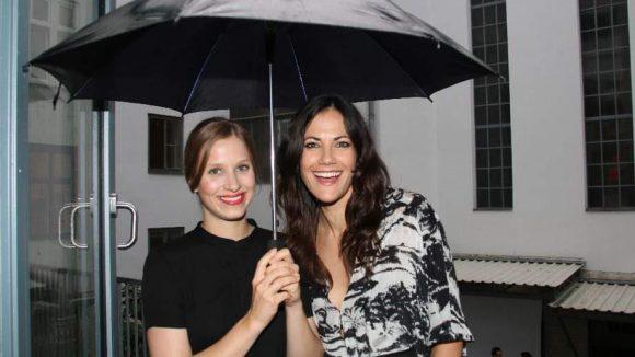 """TV-Star Bettina Zimmermann (""""Crossing Lines"""") nebst einem Schirm-Girl, das dafür sorgte, dass die Gäste so trocken wie möglich blieben."""