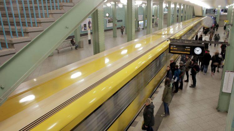 Das werden wir bald nicht mehr sehen: Ein Zug der U-Bahnlinie 5 fährt am Alexanderplatz in Berlin ein.