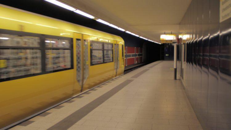 Der U-Bahnhof Osloer Straße: Die Wandverzierung ist eine Hommage an das namensgebende Land.