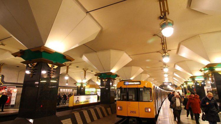 Rathaus Spandau - bislang Endpunkt der U7. Zwei Gleiströge sind leer. Vielleicht rollt hier ja mal bald eine weitere U-Bahnlinie ...