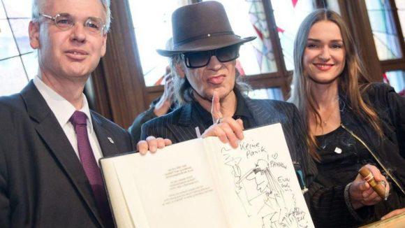 Udo präsentiert seinen skizzierten Eintrag ins Goldene Buch. Neben ihm Bezirksbürgermeister Matthias Köhne und die Musicaldarstellerin Josephin Busch.