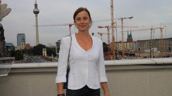 """Viele Kräne und Inka Friedrich (""""Sommer vorm Balkon"""")."""
