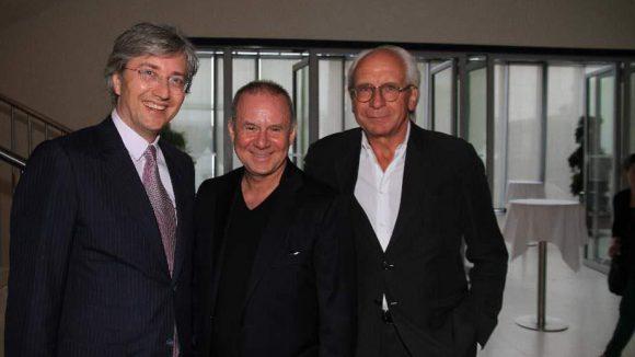 Die Gastgeber der Filmnächte: Thomas Hesse aus dem Bertelsmann-Management (l.) und UFA-Geschäftsführer Wolf Bauer nehmen Filmpate Joachim Krol in die Mitte.