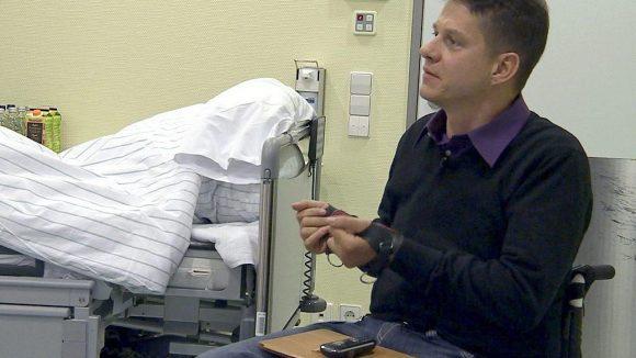 Oliver Kuckuck ist nach einem Unfall querschnittgelähmt und hofft darauf, durch eine Operation im UKB wieder besser greifen zu können.