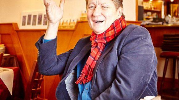 Der hat gut Lachen. Seit über 30 Jahren als freier Reporter beim rbb ist für Ulli Zelle noch lange nicht Schluss.